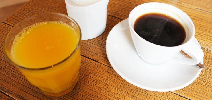 Утренний завтрак кофе с апельсиновым соком